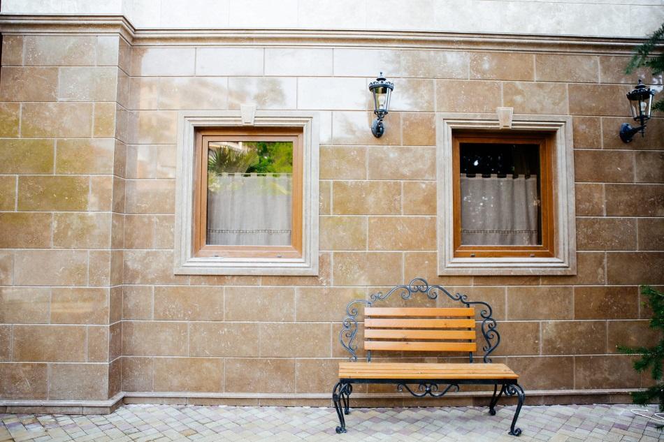 Облицовка фасада здания травертином